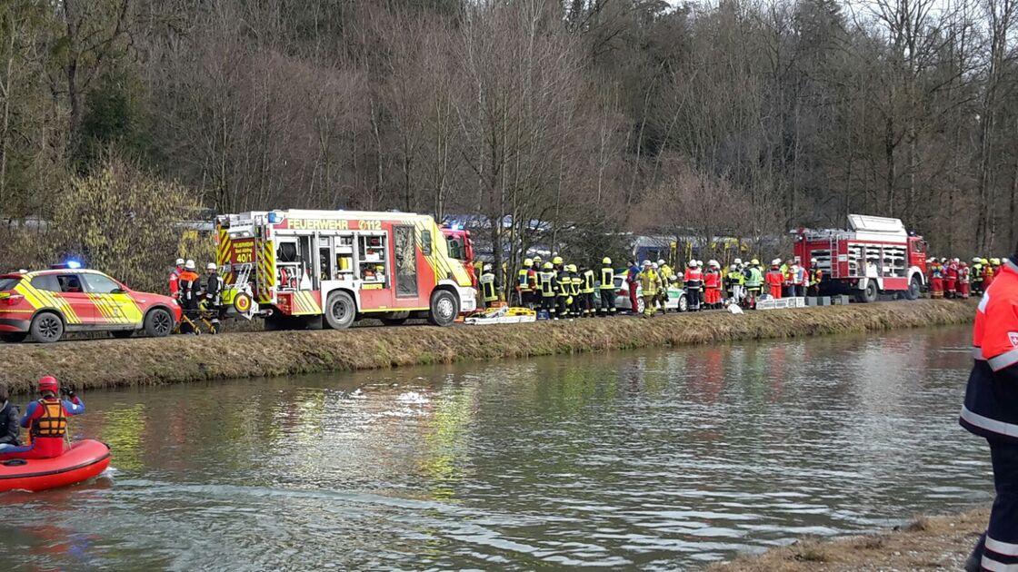Retter vor Ort nach Zugunglück Bad Aibling, © Hunderte Rettungskräfte versuchen zur Unfallstelle vorzudringen