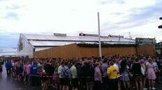 Tausende Wiesn-Fans warten vor den Bierzelten