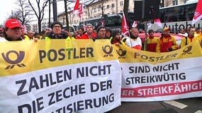 Demo der Postboten in München, © Hier demonstrieren die Post-Mitarbeiter mit ihren Transparenten in München