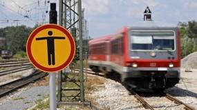 Zug Schild Gleise nicht betreten - Unfall S-Bahn, © In Laim ist eine Leiche neben den Bahngleisen entdeckt worden.