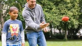 Bei Balu und Du helfen Erwachsene jungen Kindern, so auch die Universität der Bundeswehr, © Ein Gespann beim Spielen - Foto: Balu und Du