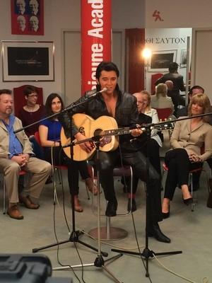 Elvis alias Ben performt