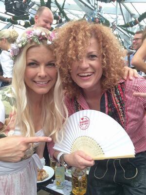 wiesn promis Lucy Diakovska Oktoberfest 2014, © Tina Kaiser und Lucy Diakovska auf dem Oktoberfest 2014