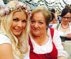 Marianne Sägebrecht mit Tina Kaiser auf dem Oktoberfest, © Marianne Sägebrecht mit Tina Kaiser auf dem Oktoberfest