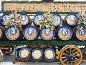 trachtenumzug wiesn oktoberfest 2014 bierfässer