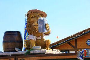 Löwe trinkt Maß auf dem Frühlingsfest, © Auch der Löwe lässt sich die Maß schmecken