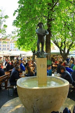 Weiss Fredl Brunnen am Viktualienmarkt