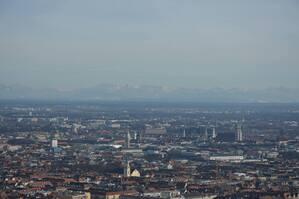 Panorama über München mit Blick auf die Alpen, © Ganz versteckt sieht man sogar die Alpen. Foto: Zura aus München