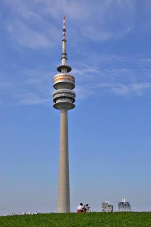 Der Olympiaturm im Olympiapark., © Da steht er wie eine 1: der Olympiaturm. Foto: Zura aus München