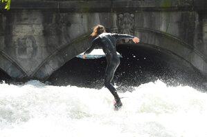 Surfer auf dem Eisbach, © Auch die Surfer am Eisbach sind schon wieder unterwegs. Foto: Zura aus München