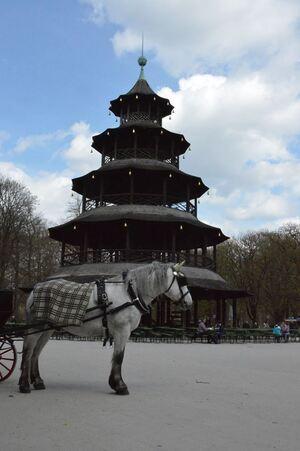 Kutsche im Englischen Garten vor dem Chinesischen Turm, © Foto: Zura aus München