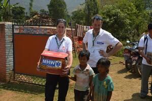 Helfer des Medizinischen Katastrophen Hilfswerks mit Kindern in Nepal , © Foto: Medizinisches Katastrophen Hilfswerk - Untersützung für Waisenkinder vor Ort