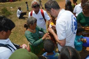 medizinische Erstversorgung Nepal Helfer, © Hier verarzten Helfer ein Frau in Nepal - Foto: Medizinisches Katastrophen-Hilfswerk