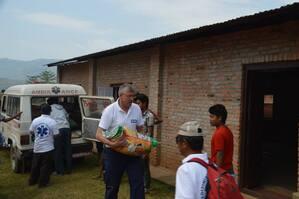 Helfer tragen Hilfsgüter, © Helfer tragen Hilfsgüter - Foto: Medizinisches Katastrophen-Hilfswerk