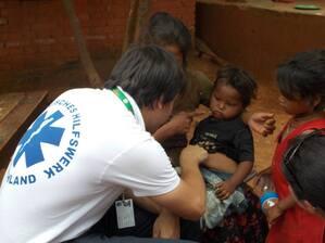 Kind verarztet Kathmandu Nepal, © Hier versorgt ein Helfer ein Kind in Kathmandu - Foto: Medizinisches Katastrophen Hilfswerk