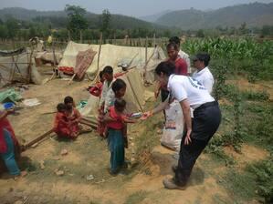 Helfer versorgen die Überlebenden des Erdbebens mit Hilfsgütern, © Helfer versorgen die Überlebenden des Erdbebens mit Hilfsgütern - Foto: Medizinisches Katastrophen Hilfswerk