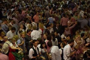 Oktoberfest Wiesn am Abend Bierzelt Menschen, © Gegen Geld lassen einige Ordner immer wieder Gäste in ein überfülltes Zelt. Foto: Rico Güttich / münchen.tv