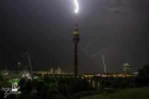 Olympiaturm München Blitzeinschlag, © Hier schlägt der Blitz im Münchner  Olympiaturm ein - Foto TOJE Photografie