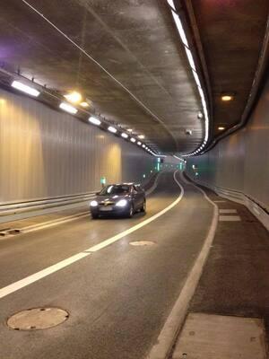 Auto im neuen Luise-Kiesselbach-Tunnel in München, © Eine kleine Testfahrt