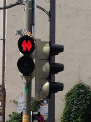 Ampeln zum Christopher Street Day in München - Glockenbachviertel, © Die Ampeln zeigen zum CSD sowohl lesbische als auch schwule und heterosexuelle Pärchen.