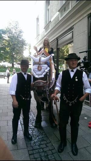 Laila Noeth ist das neue Münchner Kindl, sie führt die Wirte zur Festwiese, © Kindl Laila Noeth auf ihrem Pferd
