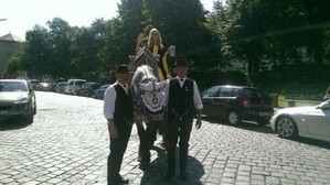 Laila Noeth das neue Kindl winkt hoch zu Pferde, © München - Laila Noeth winkt den Zuschauern