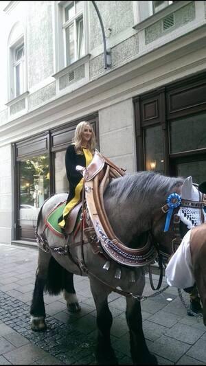 Laila Noeth ist das neue Kindl , © 20 Jahre altes Kindl auf ihrem Pferd in der Stadt