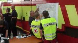 Bombenfund - Rettungskräfte vor Ort machen sich auf das Schlimmste gefasst., © Feuerwehr und andere Rettungskräfte besprechen sich.