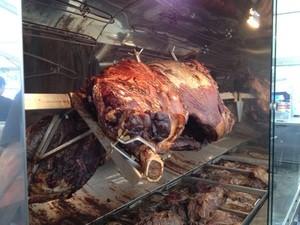 Schwein beim Kocherlball in München, © auch gutes bayrische Essen kommt beim Kocherlball nicht zu kurz