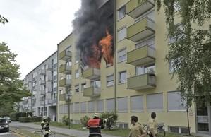 Feuerwehr und Polizei begutachten einen Wohnungsbrand, © Ein 34-Jähriger setzte vermutlich seine Wohnung aus Verzweiflung in Brand Foto: Feuerwehr München