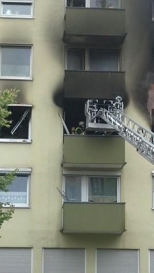 Feuerwehrmänner steigen in eine qualmende Wohnung ein, © Ein 34-Jähriger setzte vermutlich seine Wohnung aus Verzweiflung in Brand Foto: Red