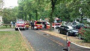 Feuerwehrfahrzeuge in einer Straße, © Ein 34-Jähriger setzte vermutlich seine Wohnung aus Verzweiflung in Brand Foto: Red