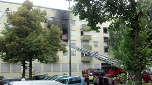 Feuerwehrleiter vor einem Haus , © Ein 34-Jähriger setzte vermutlich seine Wohnung aus Verzweiflung in Brand Foto: Red