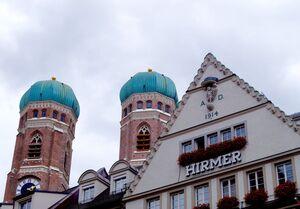 Türme der Frauenkirche in München, © Der Blick auf die Türme der Münchner Frauenkirche - Foto:  Dirk Schiff/Portraitiert.de