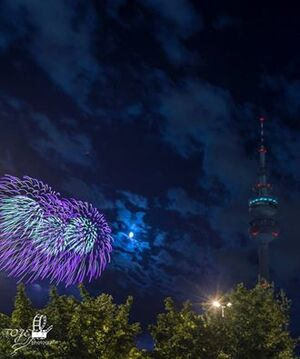 Feuerwerk Münchner Olympiapark, © Feuerwerk beim Münchner Sommernachtstraum hinter dem Olympiaturm - Foto: TOJE-Photografie