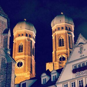 Frauenkirche bei Nacht in München, © Die Frauenkirche bei Nacht - Foto:  Dirk Schiff/Portraitiert.de