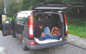 Flüchtlinge in einem Schleuser-Bus, © Das Geschäft der Schleuser boomt. Für die vielen Verdächtigen werden jedoch die Plätze in den Untersuchungshafteinrichtungen knapp.