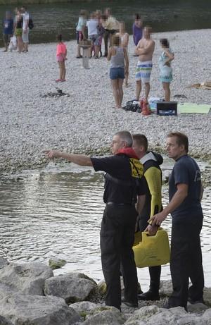 feuerwehr Isar bei Ismaning rettungseinsatz 14 jaehriger, © Viele Badegäste erlebten am Abend das tragische Unglück - Foto: Berufsfeuerwehr München