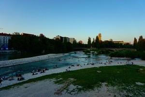 Die Isar durchläuft ganz München, © Ganz München kann hier im kühlen baden  - Foto:  Dirk Schiff/Portraitiert.de
