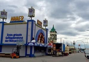Aufbau Oktoberfest 2015 - So siehts auf der Wiesn aus, © Die weltbekannte Wirtsbudenstraße auf der Wiesn