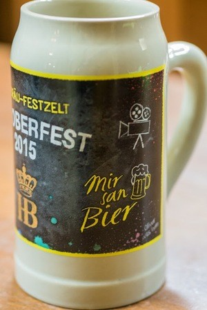 Oktoberfest Hofbräu Krug zur Wiesn 2015, © Man sieht, dass der Krug von einem Filmemacher gestaltet wurde.