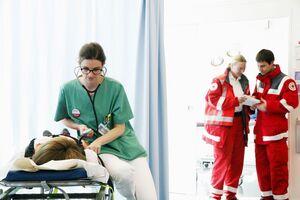 Untersuchung Rotes Kreuz auf dem Oktoberfest, © Auch auf dem Oktoberfest werden Patienten vom BRK umfassend versorgt. Foto: Sascha Kletzsch