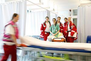 © Sie sind dann zur Stelle wenn andere Hilfe benötigen: Die Mitarbeiter des Roten Kreuzes auf ihrem Oktoberfest-Einsatz. Foto: Sascha Kletzsch