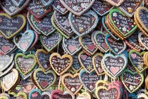 Verkaufsstand auf dem Oktoberfest mit Wiesn-Lebkuchen-Herzen, © Bunte Leckereien: Süßigkeiten auf dem Oktoberfest