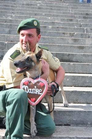 Ein Polizist mit einem Hund auf dem Oktoberfest, © Polizei München