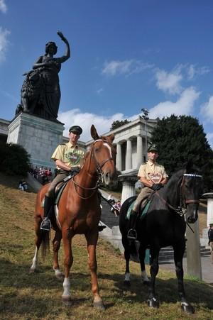 Zwei Polizisten auf Pferden vor der Bavaria, © Polizei München