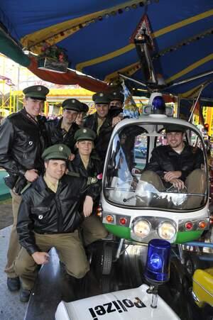 Polizisten auf einem Karussell auf dem Oktoberfest, © Polizei München
