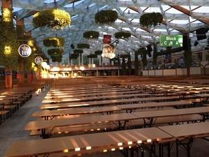 Das leere Hofbräu vor Wiesnbeginn zum Oktoberfest 2015, © Hier ist das Hofbräu-Festzelt auf der Wiese noch leer - Doch draußen warten schon die ersten Oktoberfest Besucher.
