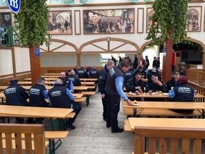 Security Oktoberfest beim Wiesn-Frühstück, © Auch das Sicherheitspersonal stärkt sich nochmal