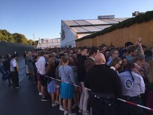 schlange vor dem schottenhamel oktoberfest 2015